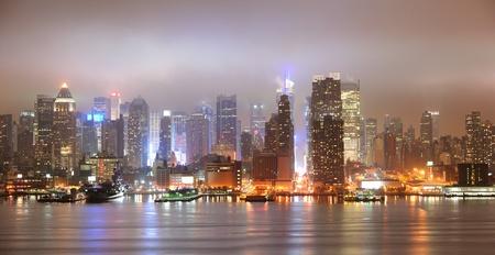 ハドソン川の上の高層ビルとの夜にニューヨーク市マンハッタン ミッドタウン パノラマのスカイラインはニュージャージーから見た。 報道画像
