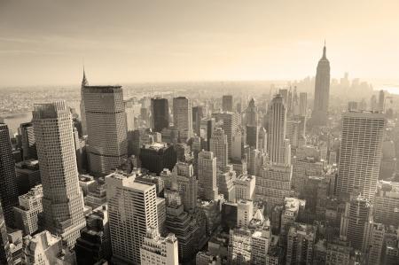 뉴욕시의 스카이 라인은 검은 색과 흰색 하루에 맨해튼 공중 파노라마보기.