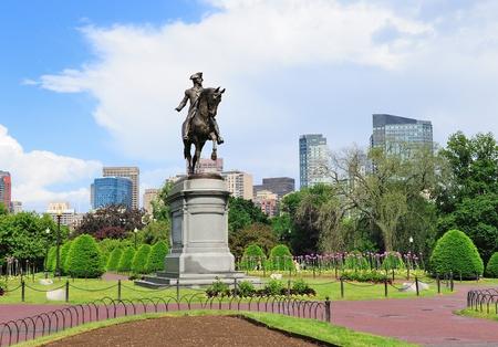 george washington: Estatua de George Washington como el s�mbolo de la ciudad de Boston Common Park con el horizonte de la ciudad y los rascacielos. Foto de archivo