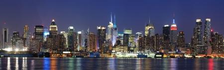 городской пейзаж: Нью-Йорк Manhattan Skyline панорама центра города в сумерках с исторической достопримечательностью небоскребы над рекой Гудзон просматриваемые из Нью-Джерси набережной Weehawken.