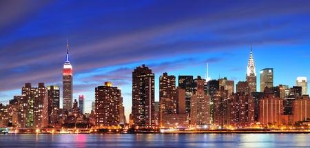 New York City Manhattan Midtown panorama bij zonsondergang met wolkenkrabbers verlicht dan Rivier van het Oosten