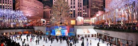declared: NEW YORK CITY, NY-DEC 30: pista da pattinaggio del Rockefeller Center di notte il 30 dicembre 2011, New York City. E 'stato costruito dalla famiglia Rockefeller nel 1939 e dichiarata sito storico nazionale nel 1987. Editoriali