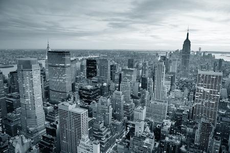 New York City skyline bianco e nero con grattacieli urbani al tramonto. Archivio Fotografico - 12571488