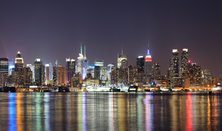 New York City Manhattan midtown skyline at night with lights reflection over Hudson River viewed from New Jersey Weehawken waterfront. 스톡 콘텐츠