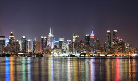 skyline nyc: Ciudad de Nueva York el horizonte de Manhattan Midtown en la noche con las luces de la reflexi�n sobre el r�o Hudson visto desde Nueva Jersey Weehawken l�nea de costa. Foto de archivo