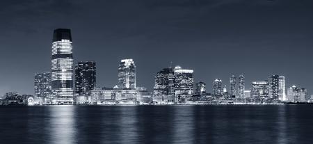 夜の黒と白のハドソン川の上に高層ビルとジャージー シティ スカイライン ダウンタウン ニューヨーク市マンハッタンから見た。