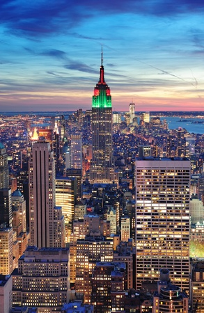 New York City skyline vue aérienne au crépuscule, avec des nuages ??colorés, Empire State Building et gratte-ciel de Manhattan. Banque d'images - 12559730