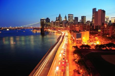 반사와 이스트 리버에 불이 고층 빌딩으로 황혼 뉴욕시 맨해튼 시내의 스카이 라인 공중보기. 스톡 콘텐츠