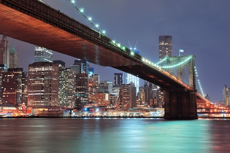 new york notte: New York Ponte di Brooklyn con la skyline di downtown sull'East River.