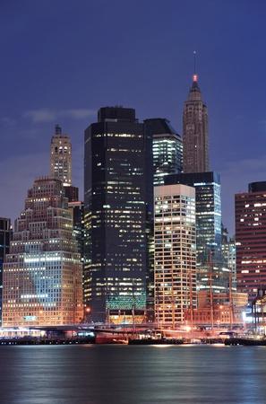 skyline nyc: New York City Manhattan primer rascacielos del centro urbano sobre East River en la noche con el reflejo de luz.