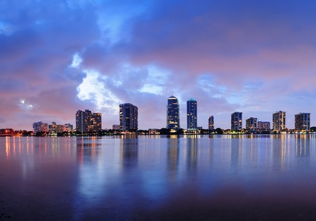 Miami city skyline panorama at dusk with urban skyscrapers over sea with reflection 版權商用圖片
