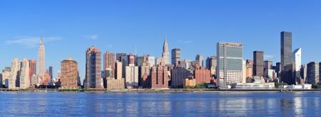 skyline nyc: Manhattan midtown skyline panorama sobre el East River con los rascacielos urbanos y el cielo azul en Nueva York