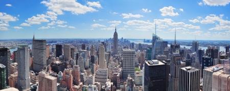 New York City Manhattan Midtown panorama-uitzicht vanuit de lucht met wolkenkrabbers en blauwe hemel in de dag
