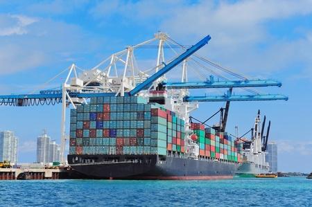 Navire cargo au port de Miami avec un beau ciel bleu au-dessus de grue et de la mer.