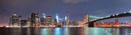 New York City Brooklyn Bridge au centre-ville horizon au-dessus de l'East River Éditoriale