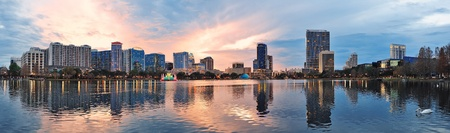 Orlando downtown Lake Eola panorama with urban buildings and reflection 新聞圖片