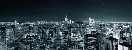 夜のパノラマ都市の高層ビルと黒と白でニューヨーク市マンハッタンのスカイライン。