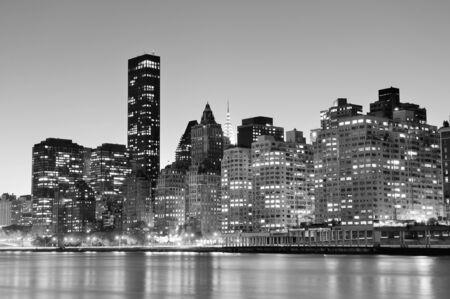 New York City Manhattan Midtown skyline zwart-wit 's nachts boven East River.