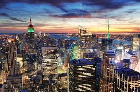 in city: Ciudad de Nueva York con rascacielos urbanos al atardecer.
