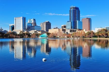 Orlando Lake Eola in de ochtend met stedelijke wolkenkrabbers en heldere blauwe hemel met zwaan. Stockfoto