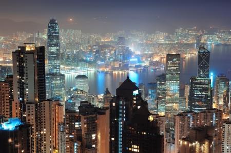 cima montagna: Hong Kong skyline della citt� di notte con Victoria Harbor e grattacieli illuminati da luci sull'acqua viste dall'alto montagna. Archivio Fotografico