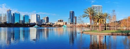Orlando Lake Eola in de ochtend met stedelijke wolkenkrabbers en heldere blauwe lucht. Stockfoto