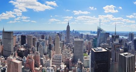 高層ビルと日に青い空とニューヨーク市マンハッタン ミッドタウン空中パノラマ ビュー。