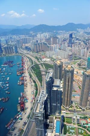 aerial: Hong Kong vista panoramica aerea con grattacieli urbani barca e mare. Archivio Fotografico