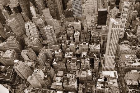 ニューヨーク市マンハッタン通りからの眺め黒と白で高層ビル、歩行者とビジー状態のトラフィック。