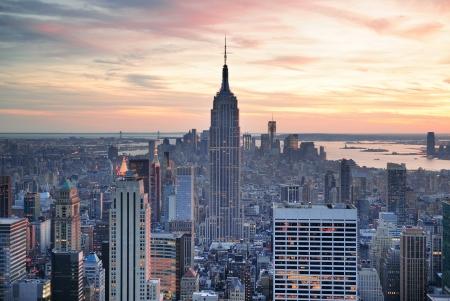 Skyline van New York vanuit de lucht bekijken bij zonsondergang met kleurrijke wolk en de wolkenkrabbers van Manhattan. Stockfoto