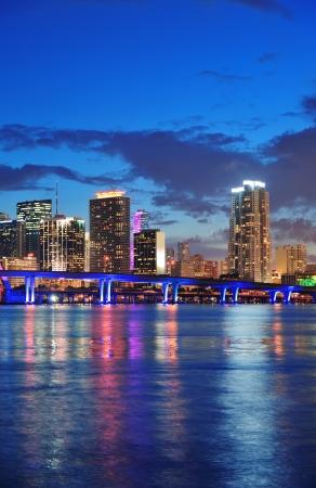 Miami citt� panorama orizzonte al tramonto con grattacieli urbani e ponte sul mare, con la riflessione Archivio Fotografico - 14359192
