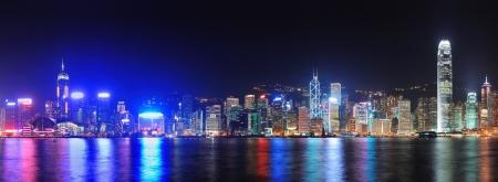Hong Kong 都市スカイライン ビクトリア港と夜に明確な空と都市高層ビル