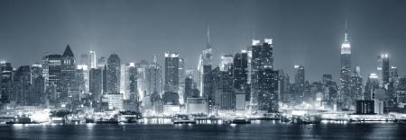 skyline nyc: Nueva York Manhattan Midtown horizonte de blanco y negro en la noche con los rascacielos iluminados en el r�o Hudson con reflejos