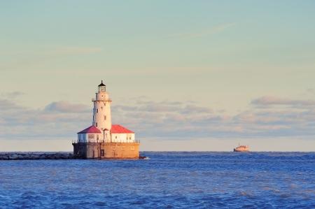 lake michigan lighthouse: Light House de Chicago en el Lago Michigan con la nube y el cielo azul al atardecer.