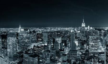 밤에 뉴욕시 맨해튼의 스카이 라인 파노라마 검은 색과 도시의 고층 빌딩과 흰색