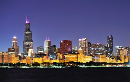 the sky clear: Chicago centro de la ciudad horizonte urbano panorama de rascacielos al atardecer sobre el lago Michigan, con el cielo azul claro. Editorial