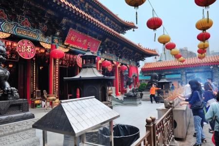 taoisme: HONG KONG, CHINA - 20 april: Taoïsme tempel met bezoekers op 20 april 2012 in Hong Kong, China. Taoïsme nadruk op het leven in harmonie met het principe is de enige plaatselijke religie in China.