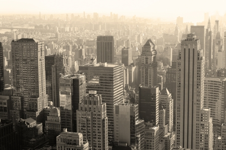 ニューヨーク市のマンハッタンからの黒と白の都市建築。