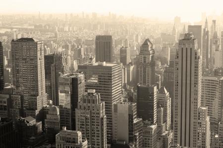 검은 색과 뉴욕시 맨하탄에서 흰색 도시 건축. 에디토리얼