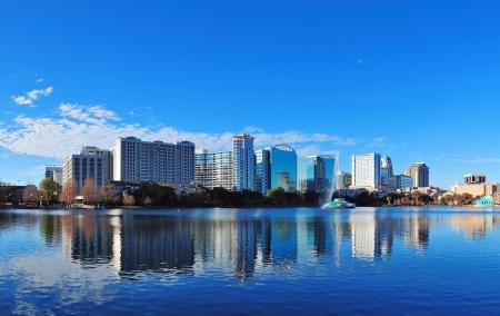 Orlando Lake Eola le matin avec gratte-ciel urbains et le ciel bleu