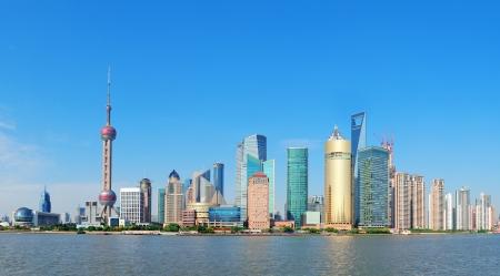 황포 강 마천루와 블루 맑은 하늘 상하이의 스카이 라인 파노라마