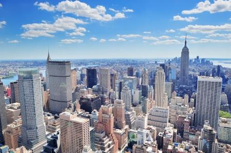 nowy: New York City midtown Manhattan widok z lotu ptaka panorama z drapaczami chmur i błękitne niebo w dzień.