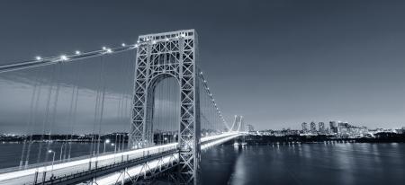 george washington: George Washington Bridge en blanco y negro sobre el río Hudson