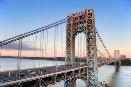 george washington: George Washington Bridge al atardecer sobre el río Hudson.