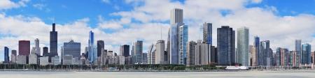 городской пейзаж: Города Чикаго городского горизонта панораму с небоскребами на озеро Мичиган с неба облачно синий.