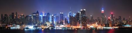 반사와 허드슨 강 조명 고층 빌딩에서 뉴욕시 맨해튼 미드 타운 스카이 라인.