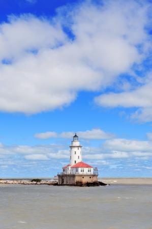 lake michigan lighthouse: Light House de Chicago en el lago Michigan con nubes y el cielo azul. Foto de archivo