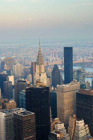 New York City skyline di Manhattan veduta aerea con strada e grattacieli al tramonto. photo
