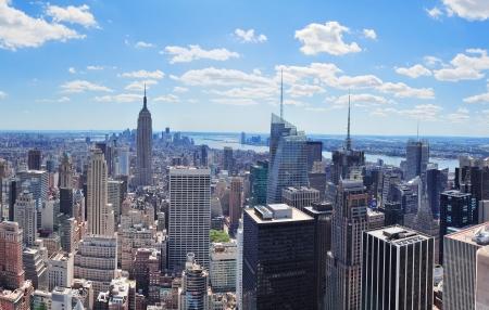 高層ビルと日に青い空とニューヨーク市マンハッタン ミッドタウン空中パノラマ ビュー