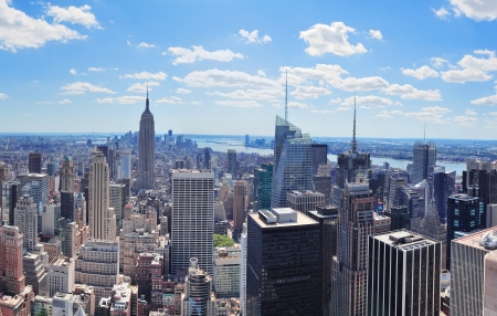 New York City Manhattan midtown lucht panorama uitzicht met wolkenkrabbers en blauwe hemel in de dag